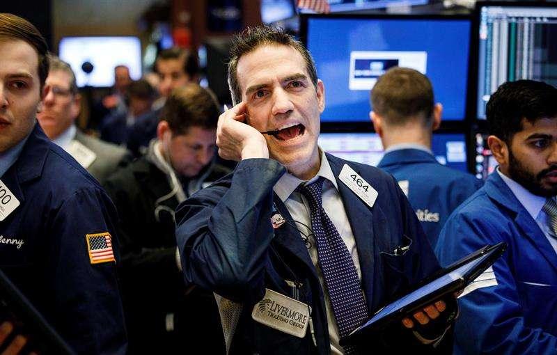Agentes de bolsa trabajan en el piso de la Bolsa de Nueva York, en Nueva York (Estados Unidos) hoy, 6 de febrero de 2018. EFE