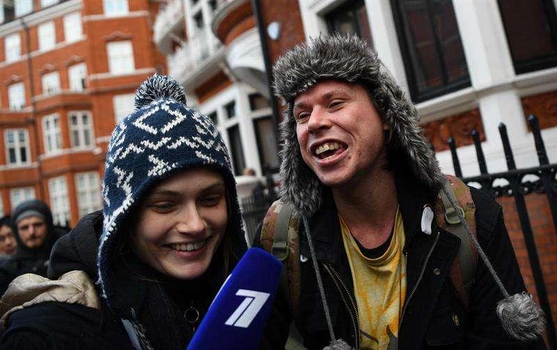El presunto hacker británico Lauri Love (d) sale de la embajada de Ecuador en Londres (Reino Unido), tras visitar al fundador de WikiLeaks, Julian Assange, hoy, 6 de febrero de 2018. EFE
