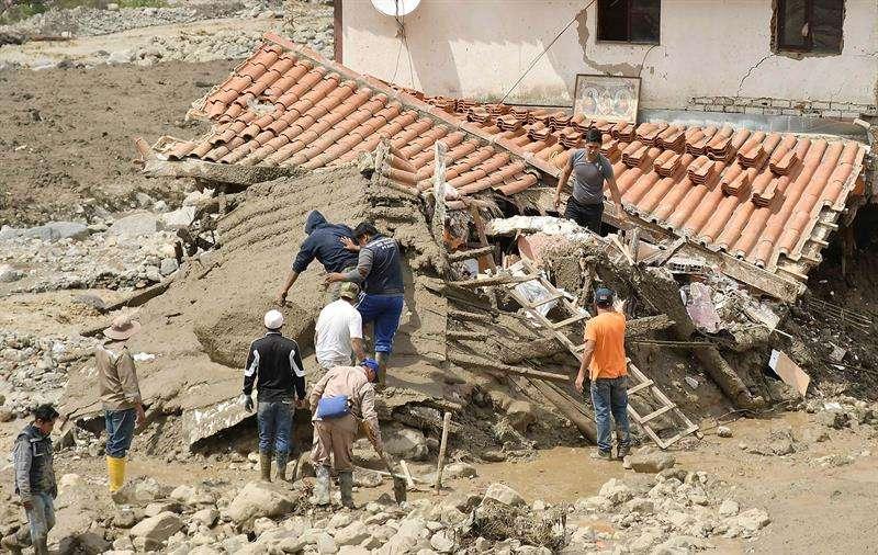 Un grupo de personas trabaja en los escombros de una casa afectada hoy, miércoles de 2018, tras una avalancha de lodo que destruyó decenas de hogares en Tiquipaya, municipio cercano a la ciudad de Cochabamba (centro Bolivia). EFE