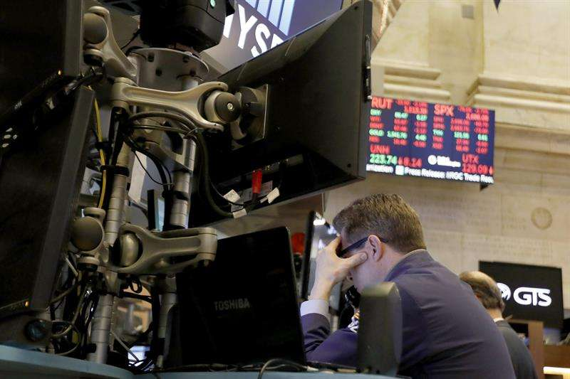 Corredores reaccionan durante el cierre de la Bolsa de Nueva York (NYSE). EFE