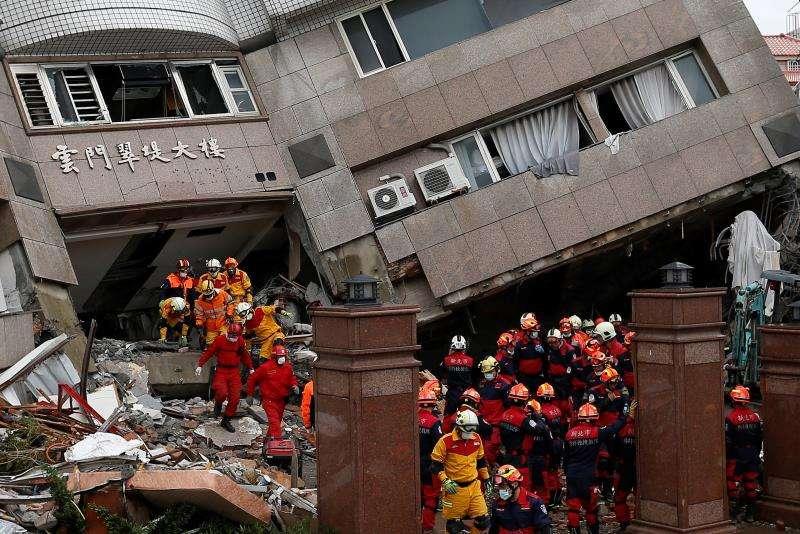 Los equipos de rescate se apresuran a buscar sobrevivientes en un edificio dañado por el terremoto que el martes azoto Hualien (Taiwán). EFE