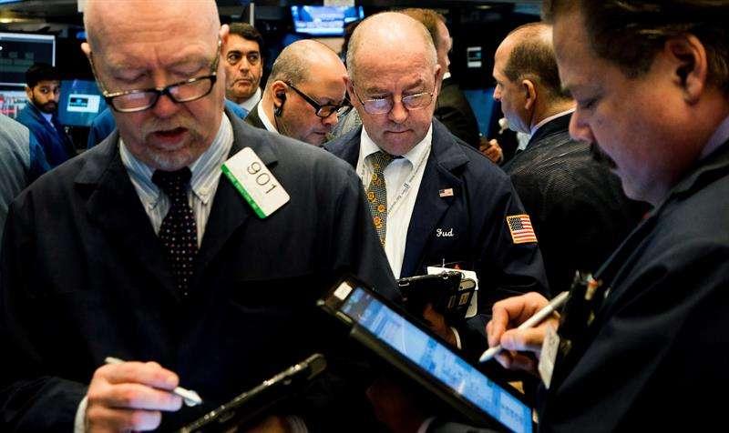 Agentes de bolsa trabajan en el piso de la Bolsa de Nueva York durante el inicio de la jornada, en Nueva York (Estados Unidos) hoy, 9 de febrero de 2018. EFE