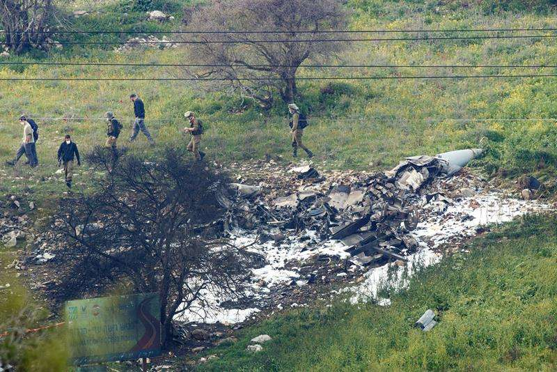 Los pilotos, que habían saltado del avión antes de que se estrellara, fueron evacuados a un centro sanitario de Haifa y uno de ellos está herido de gravedad. EFE