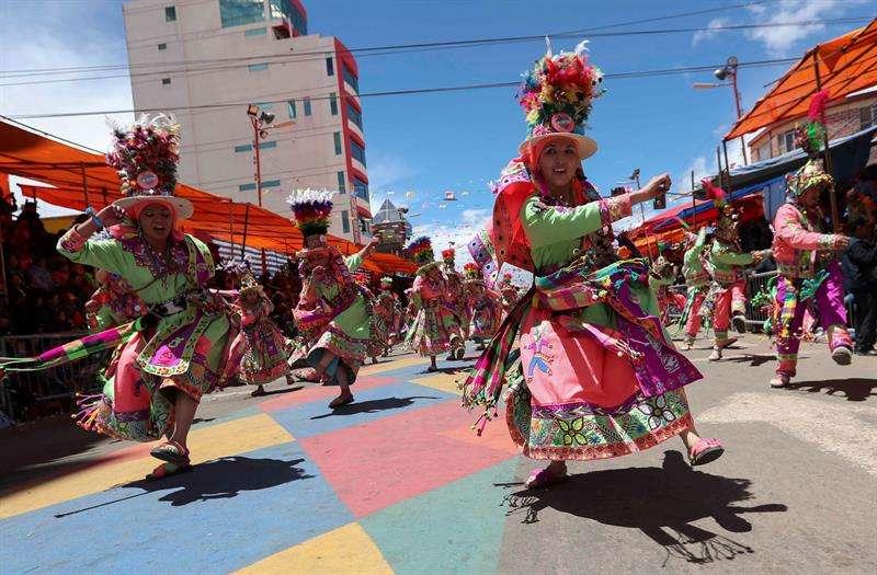 Ciudadanos bolivianos participan en la danza de los Tinkus hoy, sábado 10 de febrero de 2018, en el Carnaval de Oruro (Bolivia). EFE