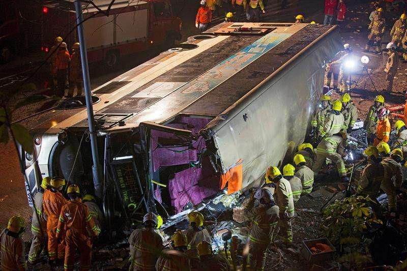 Los servicios de emergencias trabajan en el rescate de las víctimas atrapadas en el interior de un autobús de dos pisos que perdió el control y volcó en la avenida Tai Po de Hong Kong, China. EFE