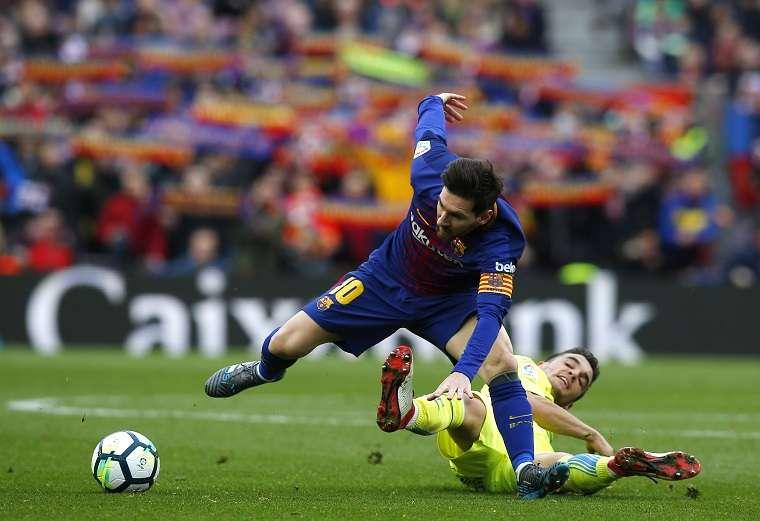 Lionel Messi recibe una falta por parte del centrocampista Mauro Arambarri./ Foto AP