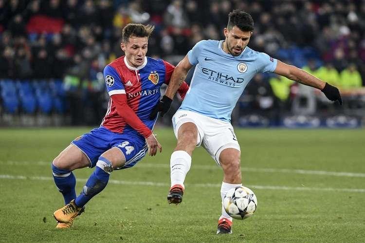 Sergio Aguero (dcha.) Manchester City disputa un balón con Taulant Xhaka (izq.) de Basilea. Foto: EFE