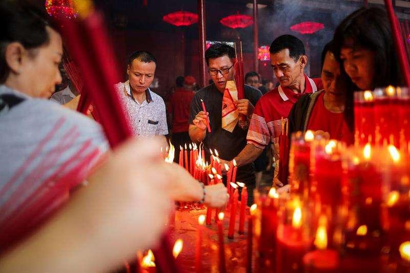 Los chinos de Indonesia encienden varitas de incienso mientras celebran el Año Nuevo Lunar chino hoy, viernes 16 de febrero de 2018, en el templo Dharma Sakti en Yakarta (Indonesia). EFE