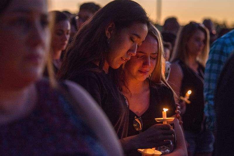 Miles de personas participan en la vigila en recuerdo de las 17 víctimas mortales de la matanza perpetrada por Nikolas Cruz en la escuela secundaria Marjory Stoneman Douglas hoy, jueves 15 de febrero de 2018, en Pine Trails Park, Parkland. EFE