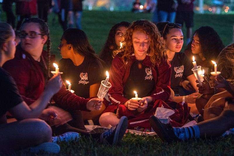 Miles de personas participan en la vigila en recuerdo de las 17 víctimas mortales de la matanza perpetrada este miércoles por Nikolas Cruz en la escuela secundaria Marjory Stoneman Douglas, en Pine Trails Park, Parkland, Florida. EFE