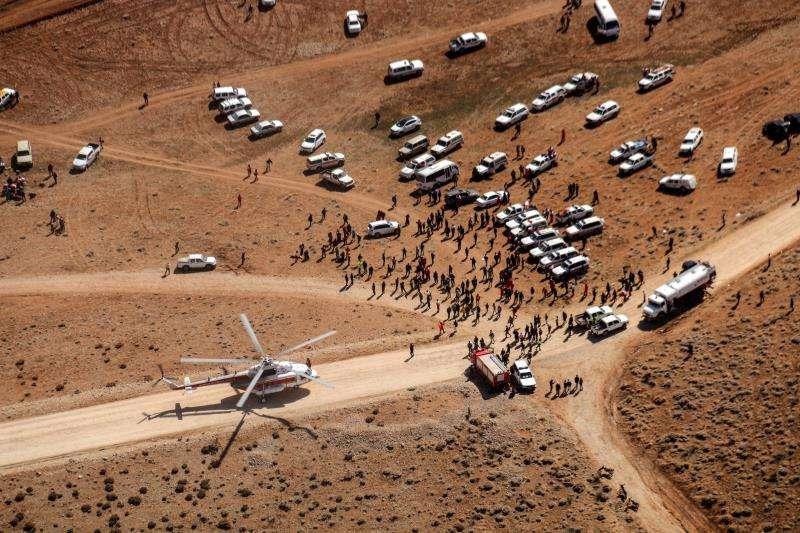 Miembros de los equipos de rescate llegan al lugar donde se produjo el siniestro del avión ATR-72, que se estrelló el pasado domingo con 66 personas a bordo en la montaña Dena, en el centro de Irán, en un punto de difícil acceso. EFE