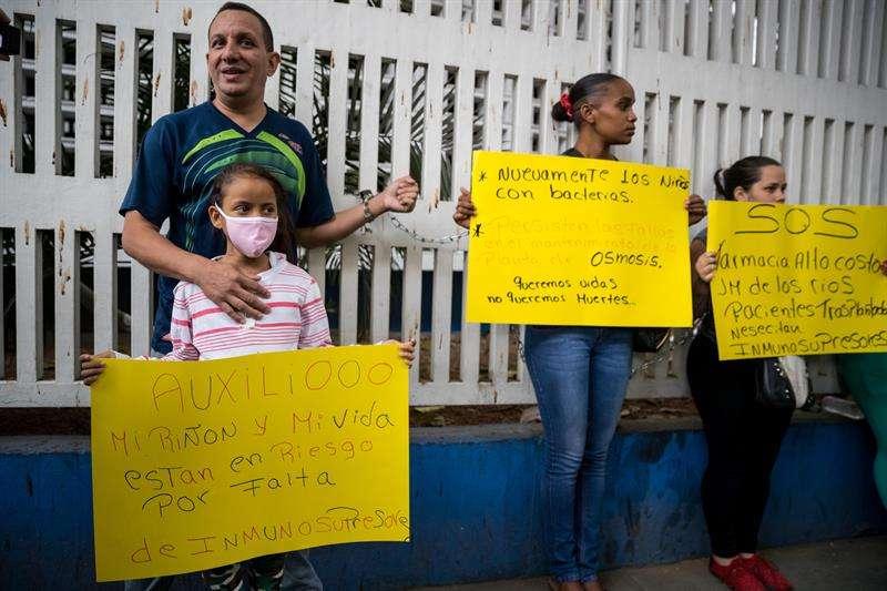 Un grupo de familiares de pacientes del Hospital de Niños José Manuel de los Ríos encadenados frente al centro hospitalario exigen medicinas e insumos médicos al Ejecutivo Nacional hoy, martes 20 de febrero del 2018, en Caracas (Venezuela). EFE