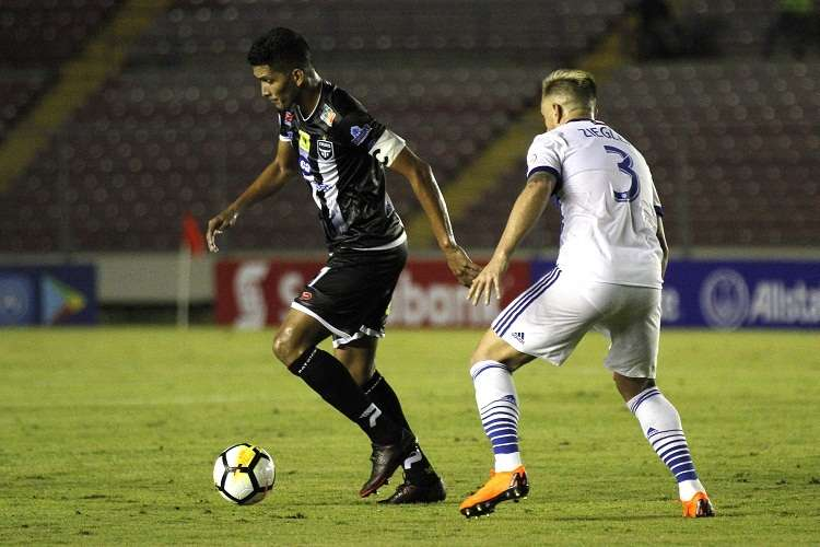 El jugador Edwin Aguilar (i) del Tauro FC disputa el balón con Reto Ziegler (d) del FC Dallas. EFE