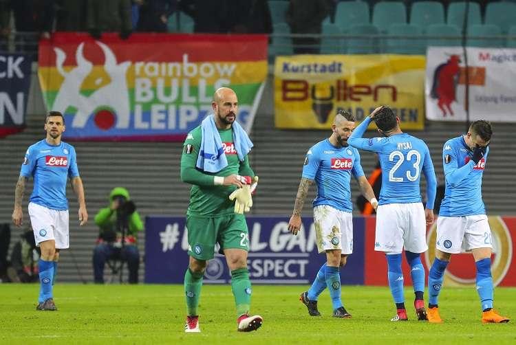 Los jugadores de Nápoles tras perder ante el Leipzig. Foto: EFE