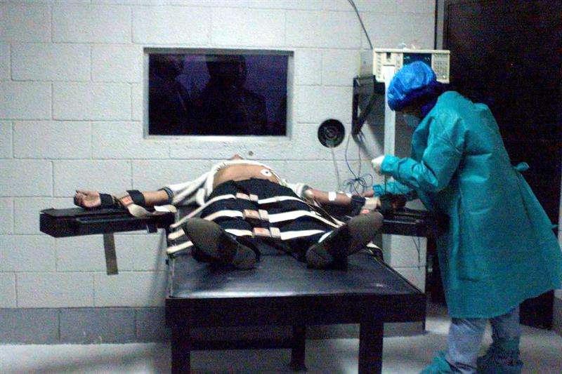 Un médico examina a un preso antes de ser ejecutado. EFEArchivo