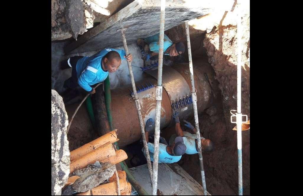Vistas de la abrazadera que fue colocada provisionalmente en la tubería rota en vía Brasil. Foto: @IdaanInforma