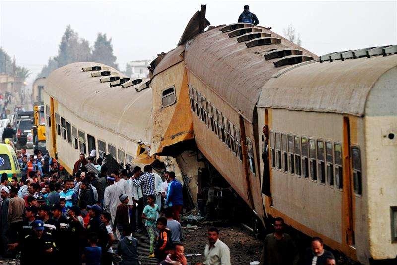 Varias personas inspeccionan el tren de pasajeros destruido tras una colisión con uno de mercancías, en la localidad egipcia de Kom Hamada, en la provincia de Al Behira (Egipto). EFE