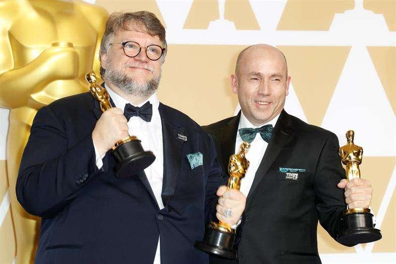 """Guillermo del Toro puso hoy el broche de oro y un final feliz al cuento fantástico de """"The Shape of Water"""" con cuatro Óscar"""
