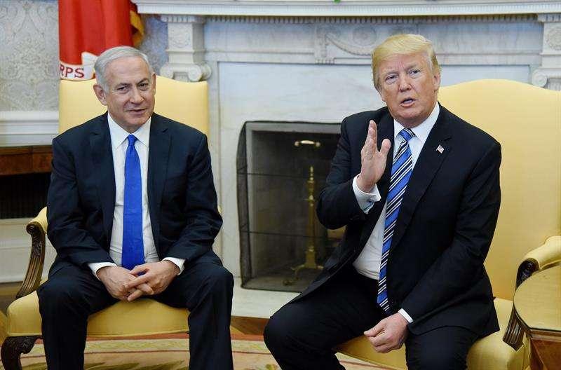 El presidente estadounidense, Donald J. Trump (d), saluda al primer ministro israelí, Benjamín Netanyahu (i), durante una reunión entre ambos en la Casa Blanca, Washington D.C (Estados Unidos) hoy, 5 de marzo de 2018. EFE