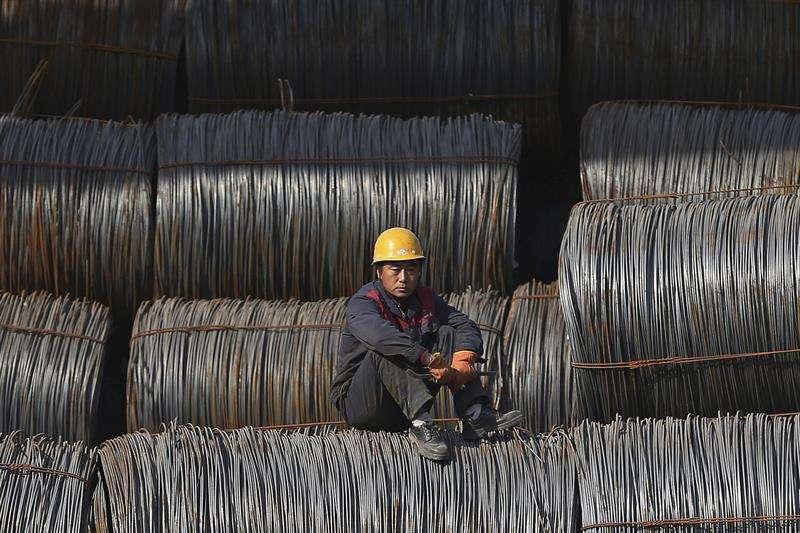 Un trabajador descansa en una fábrica de acero en Shenyang, en la provincia de Liaoning, noreste de China. EFE Archivo