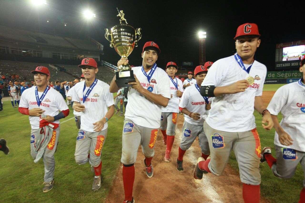 Juan Diego Crisp celebra junto a sus compañeros. / Foto Anayansi Gamez