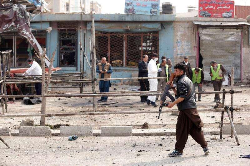 Miembros de las fuerzas de seguridad afganas inspeccionan la escena tras un atentado suicida en las proximidades de una gran explanada en la que se concentraban miles de miembros de la minoría chií Hazara en el oeste de Kabul (Afganistán). EFE