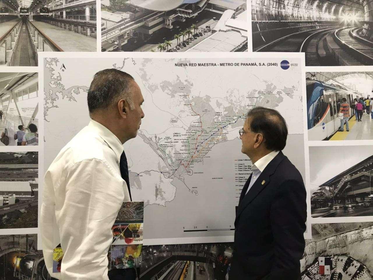 Roberto Roy explica a periodistas  los proyectos del Metro hacia el 2040.