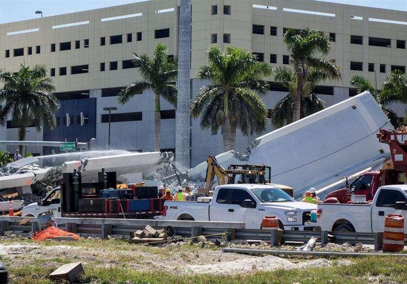 La recuperación de los cuerpos que quedan bajo los escombros del puente peatonal en construcción que se derrumbó este jueves sobre la conocida Calle Ocho de Miami es la prioridad de las autoridades. EFE