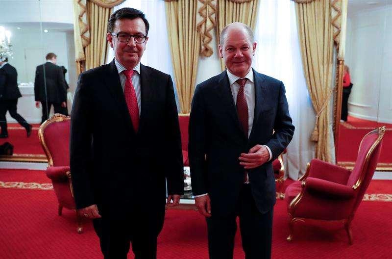 Ministro de Economía, Industria y Competitividad de España, Román Escolano (i), se reúne con el nuevo ministro alemán de Finanzas, Olaf Scholz (d), para analizar, entre otros temas, el proceso de profundización de la Unión Económica y Monetaria. EFE