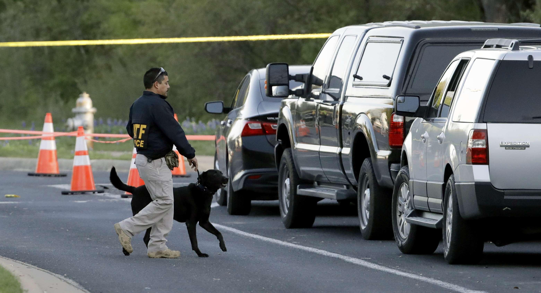 Un agente de la Oficina de Alcohol, Tabaco, Armas de Fuego y Explosivos trabaja con su perro cerca del sitio de la explosión mortal. Foto: AP