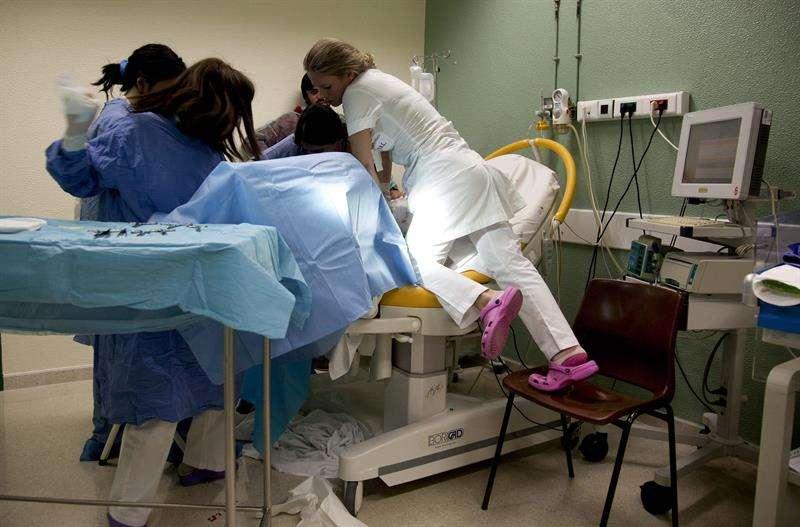 Doctores y enfermeras durante un trabajo de parto en el Hospital de Leiria, en Portugal. EFE Archivo
