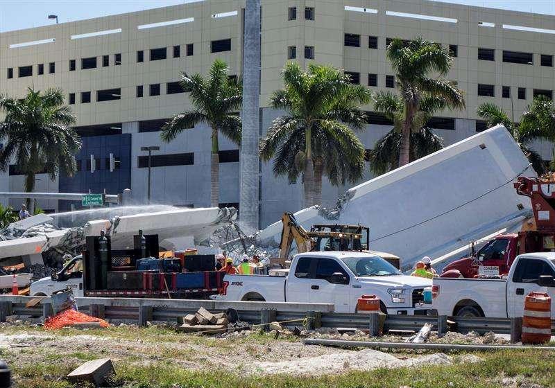 Vista del puente peatonal derrumbado en Universidad Internacional de Florida (FIU), en Miami (Estados Unidos). EFE