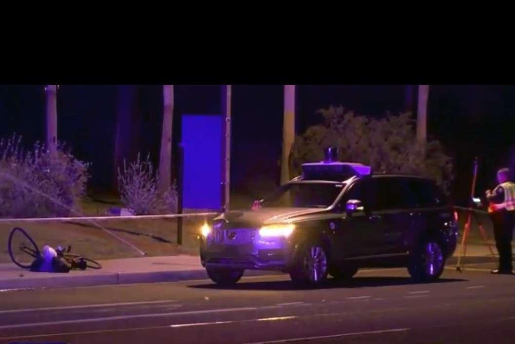 Investigadores en la escena de un accidente fatal que involucró a un auto Uber en la calle de Tempe, Arizona. Foto: AP