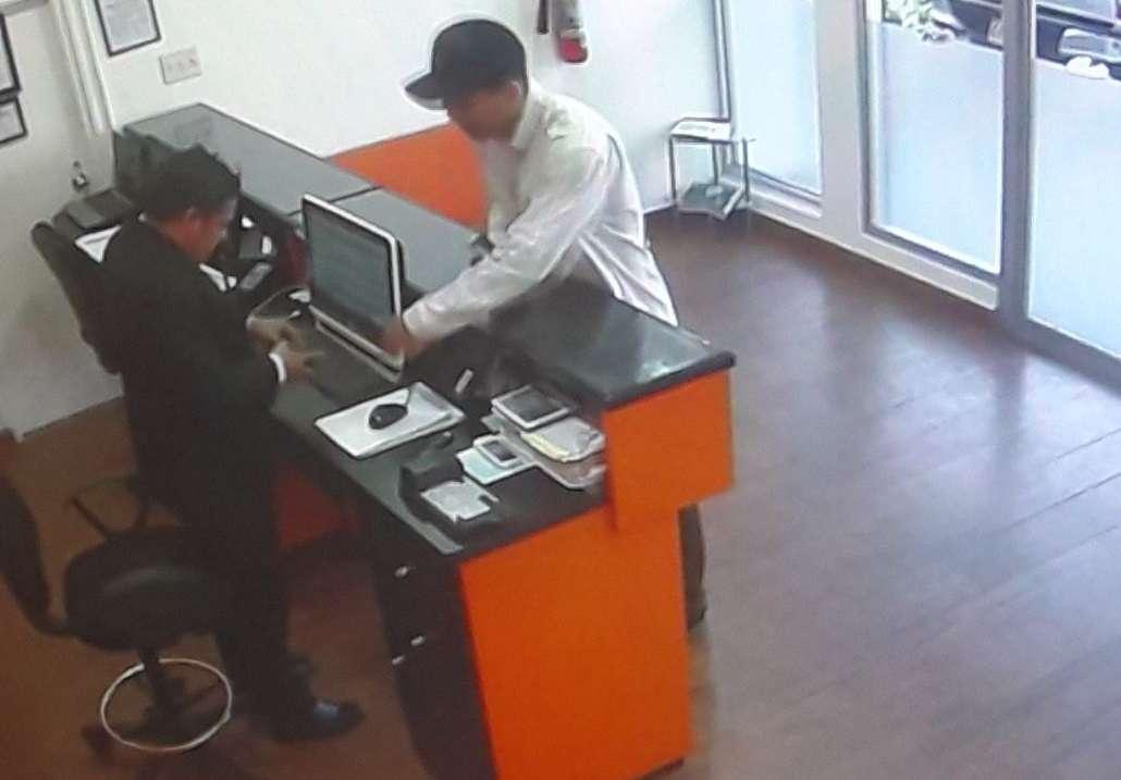 Cámaras de vigilancia ubicadas dentro del local comercial registraron el asalto.  Captura de video