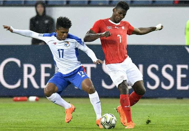 Luis Ovalle (izq.) fue titular el martes por Panamá, en la goleada de 6-0 contra Suiza. Foto AP