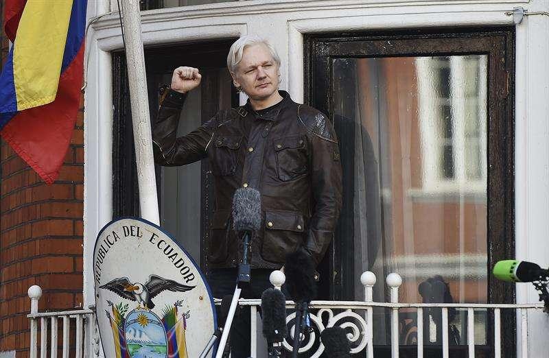 En la imagen, el fundador de WikiLeaks, Julian Assange, en el balcón de la embajada ecuatoriana en Londres, Reino Unido. EFE/Archivo