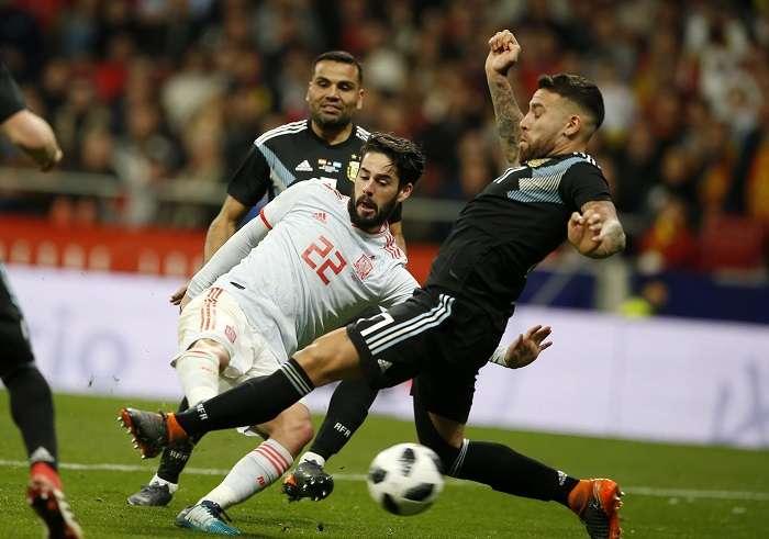 El centrocampista de la selección española Isco (d) chuta para marcar el sexto gol ante ante Argentina, durante el partido amistoso disputado en el Estadio Wanda Metropolitano, en Madrid. EFE/Mariscal
