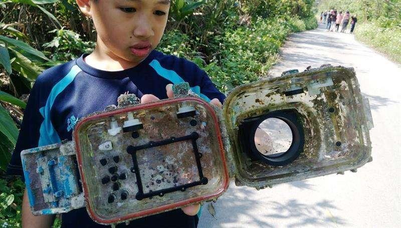 Vista de una cámara de fotos que encontró un niño dentro de una funda sumergible en la playa en el condado Ilan en Taiwán el 27 de marzo de 2018. EFE