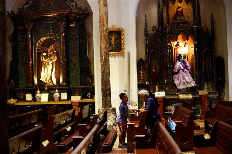 Una mujer reza en la iglesia Nuestra Señora de La Merced . Foto: EFE