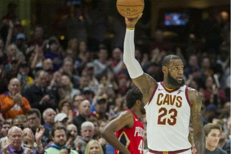 LeBron James al momento de lograr la nueva marca del baloncesto proesional de Estados Unidos. Foto: AP