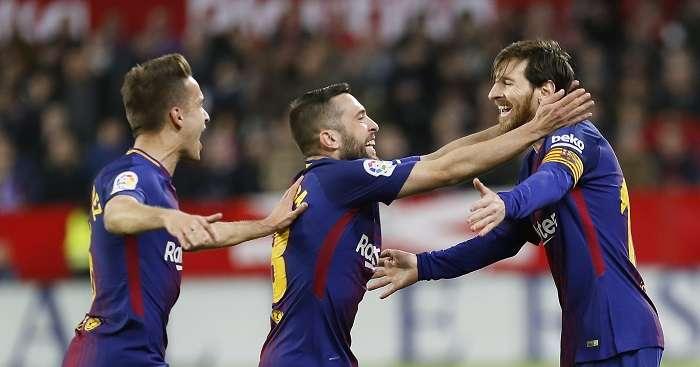 El delantero argentino del FC Barcelona Leo Messi (d) celebra con sus compañeros su gol, el segundo del equipo ante el Sevilla./ EFE