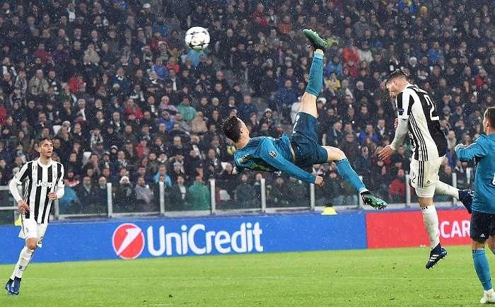 Cristiano Ronaldo ensaya su remate espectacular. / EFE