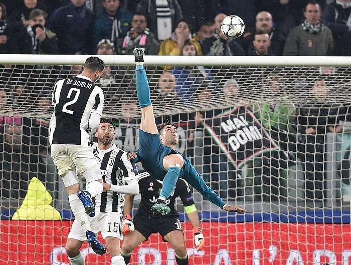 Cristiano Ronaldo (d) de Real Madrid anota el 2-0 ante Juventus hoy, martes 3 de abril de 2018, durante un partido de los cuartos de final de la Liga de Campeones./ EFE