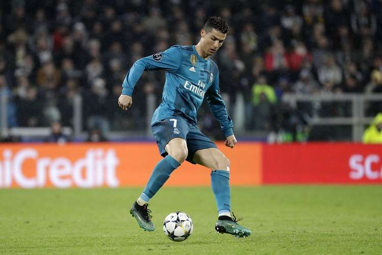 Cristiano Ronaldo domina el balón en el partido ante la Juventus. Foto: AP