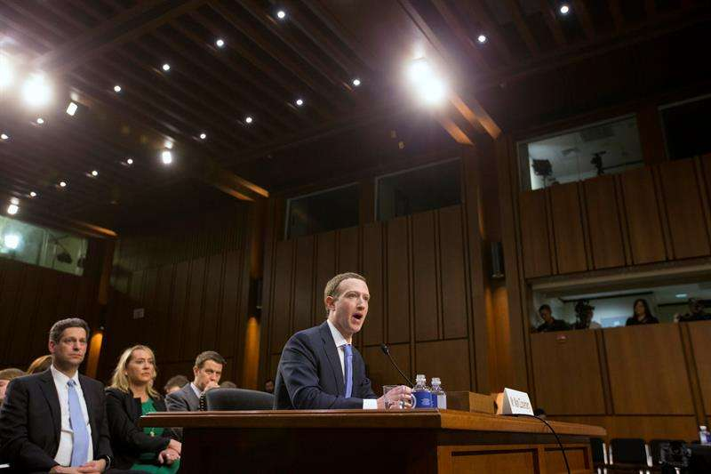 Mark Zuckerberg testificando ante el Senado de Estados Unidos. Foto/EFE