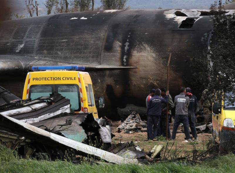 Imágenes del avión accidentado en Argelia. Foto/EFE