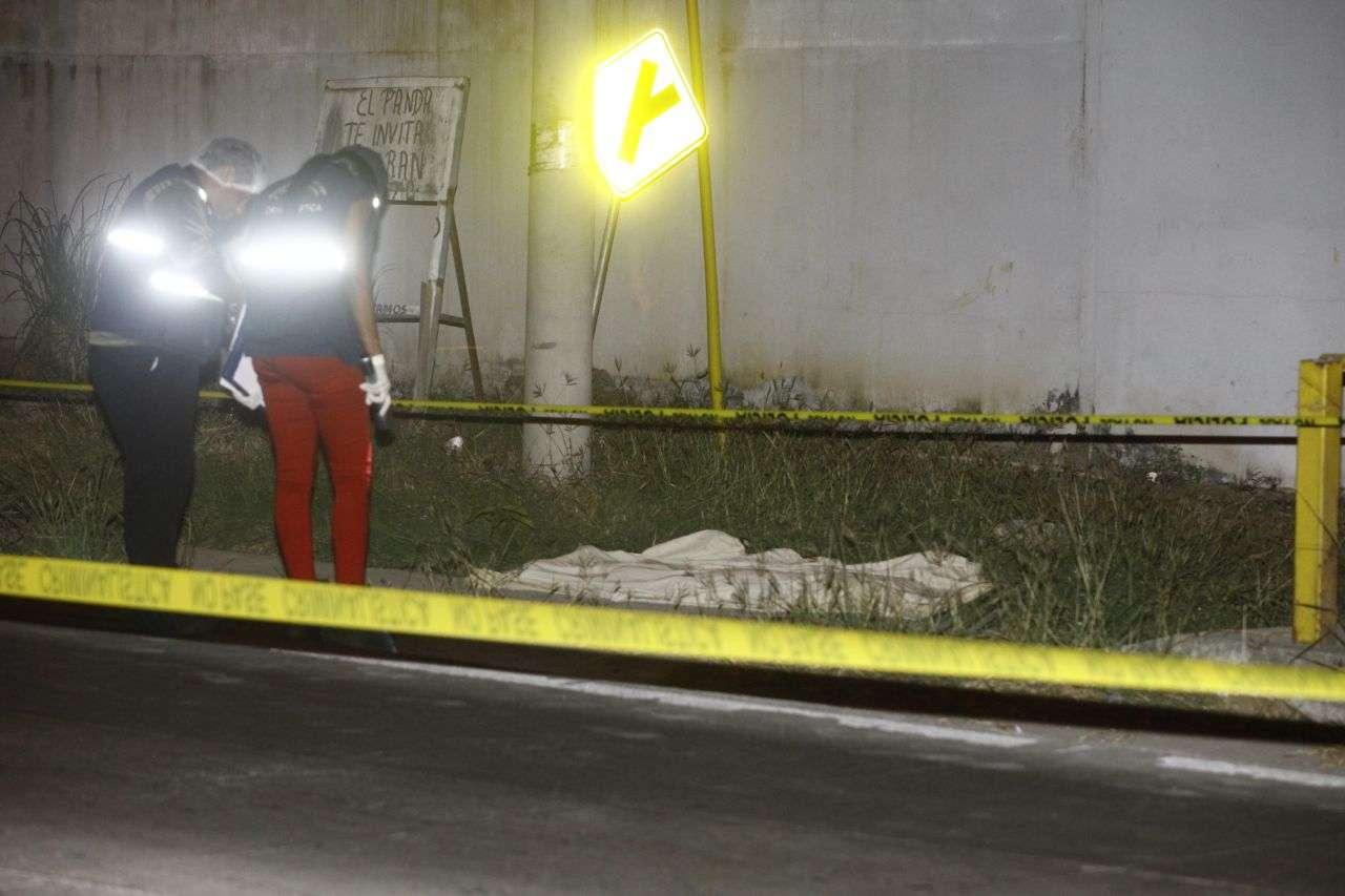 El cuerpo del joven quedó en el pavimento. Foto: Alexander Santamaría