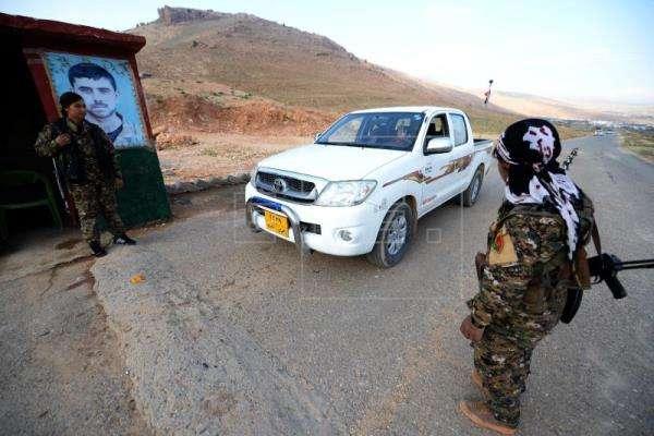 Efectivos de las Unidades de Protección de la Mujer, vigilan punto de control. Foto/EFE