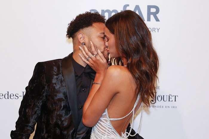 El jugador brasileño del París Saint-Germain (PSG) Neymar Jr (i) besa a su novia, la actriz brasileña Bruna Marquezine (d). /EFE