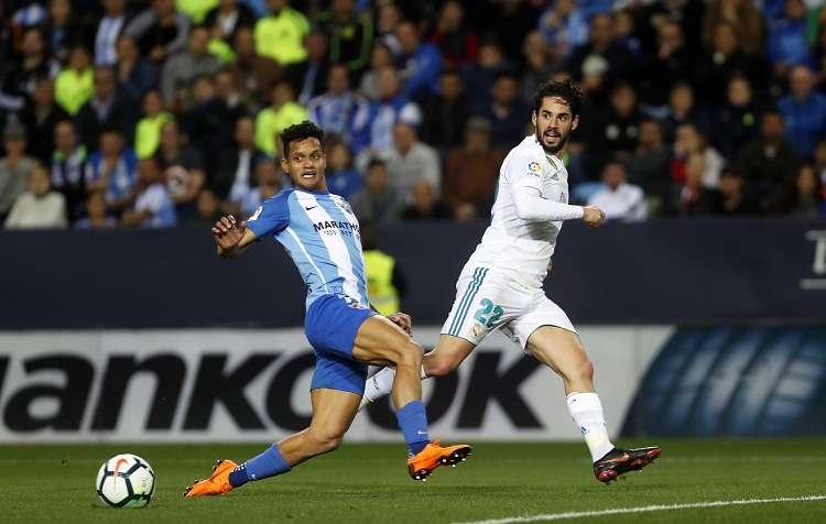 Isco ejecuta el disparo que supuso el 1-0 en La Rosaleda. Foto: AP